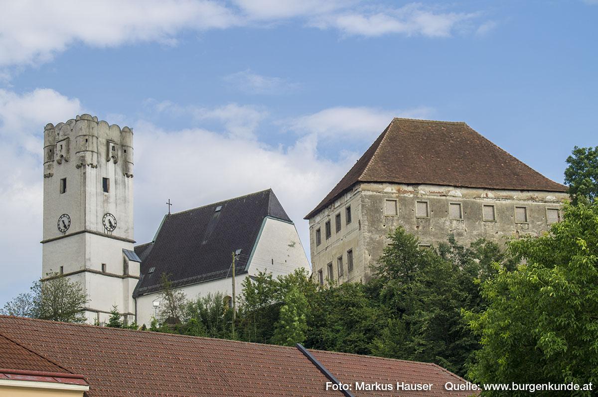Heute stehen von den einst vielen Gebäuden der komplexen Schlossanlage leider nur mehr der Turm (um 1600) und der große, viergeschoßige Kastenbau am Rand der Terrasse.