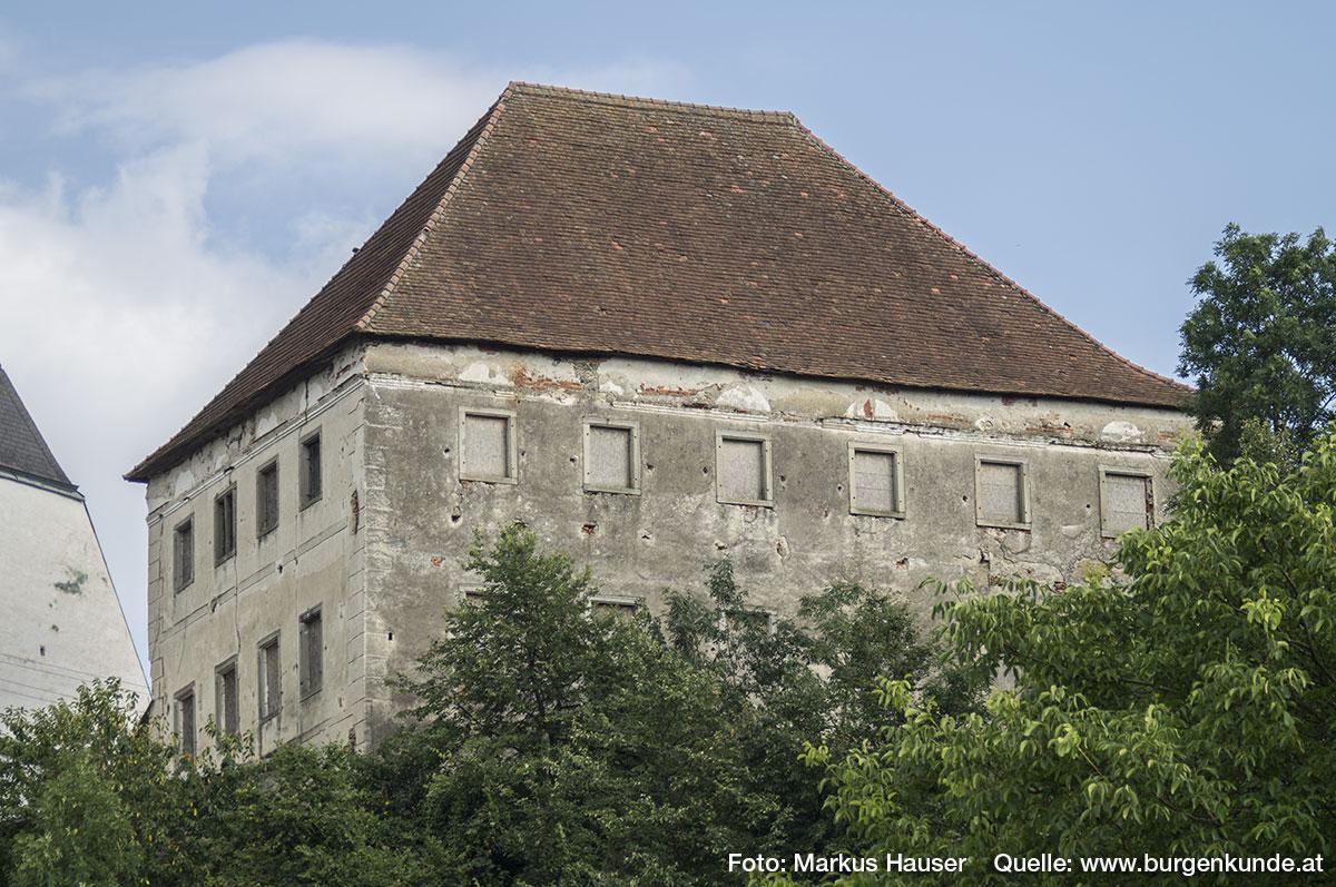 Der große, viereckige Kastenbau als Rest vom Schloss Arbing.