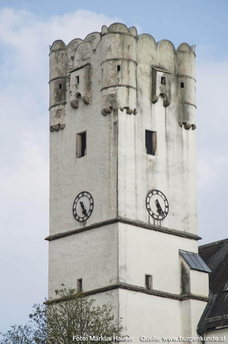 Der Aufsatz des Kirchturms mit Ecktürmchen, Erkern und Rundbogenzinnen datiert um 1600.