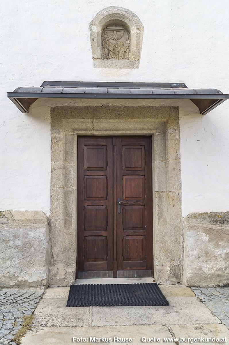 Eingang zur Kirche in Arbing an der Südseite.
