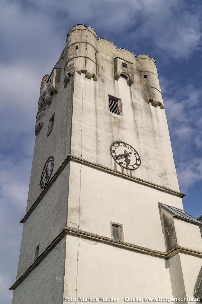 Der Aufsatz des Kirchturms mit Ecktürmchen, Erkern und Rundbogenzinnen datiert um 1600. Der Turm selbst stammt aus der Zeit um 1510.