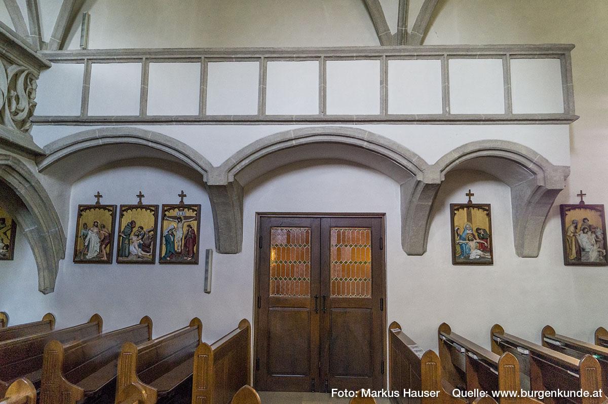 Das Kircheninnere von Arbing dominiert gotische Architektur. Zugang über die Nordseite.