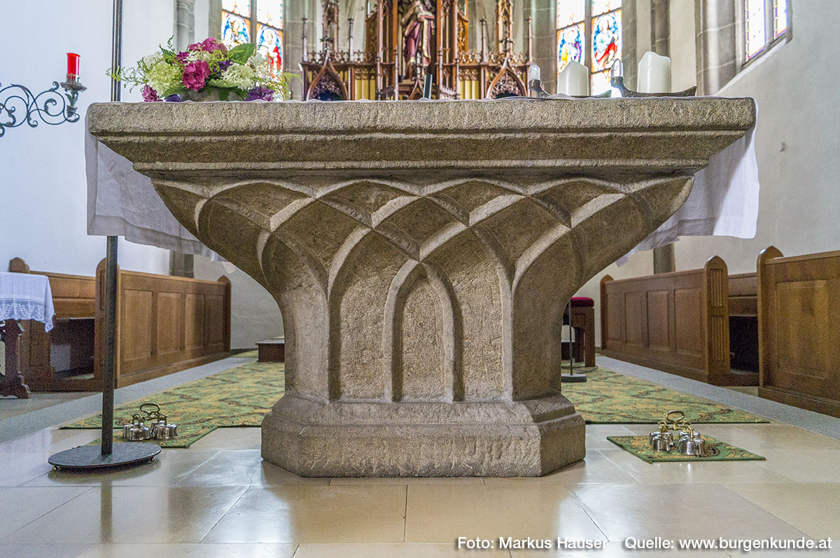 Der wunderschön gearbeitete Steinaltar in der Kirche Arbing stammt ebenfalls aus der Zeit der Gotik.