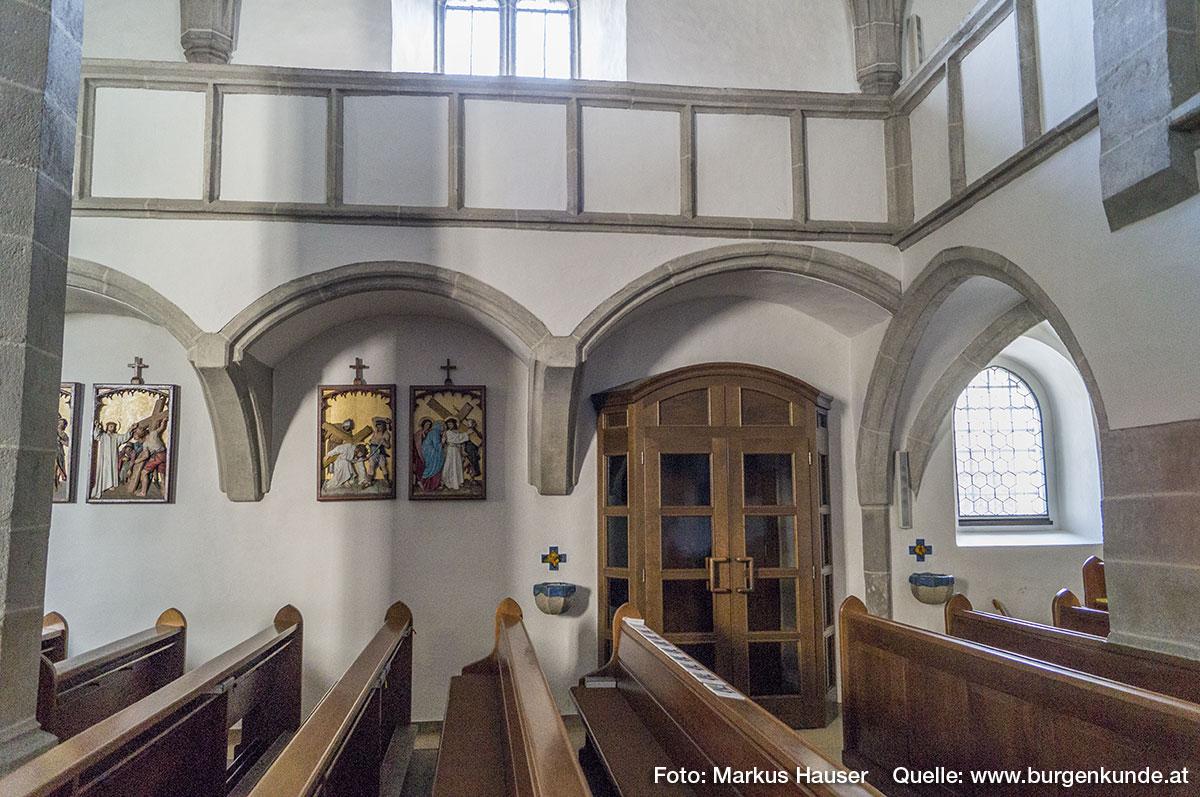 Das Kircheninnere von Arbing dominiert gotische Architektur. Zugang über die Südseite.