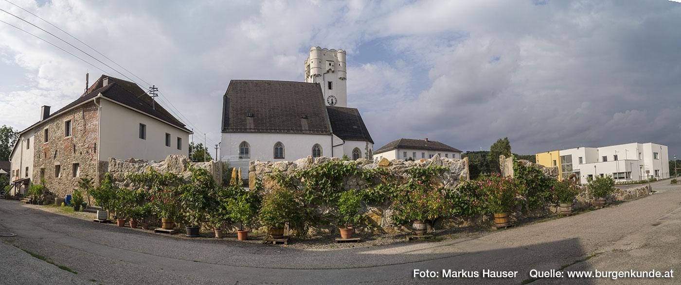 Kirche in Arbing mit dem Dorfplatz, der künftig für spezielle Events genutzt werden soll.