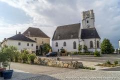 Der Dorfplatz vor der Kirche war einst der Mittelpunkt der komplexen Schlossanlage Arbing.