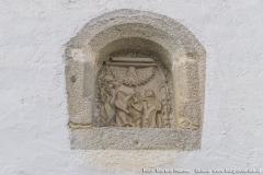 Oberhalb des Eingangs zur Kirche in Arbing an der Südseite.