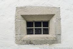 Abgefaste Fensteröffnung neben vom Eingang zur Kirche in Arbing an der Südseite.
