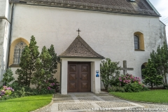Zugang zur Kirche Arbing an der Nordseite.