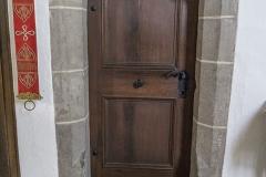 Gotisches Portal mit Schulterbogenschluß und abgefasten Steingewänden.