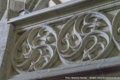 Das Kircheninnere von Arbing dominiert gotische Architektur. Das kunstvolle Blendenmaßwerk an der Brüstung der Westempore.