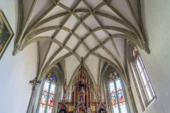 Das Kircheninnere von Arbing dominiert gotische Architektur. Hier der Hochaltar mit darüber liegendem Netzrippengewölbe.