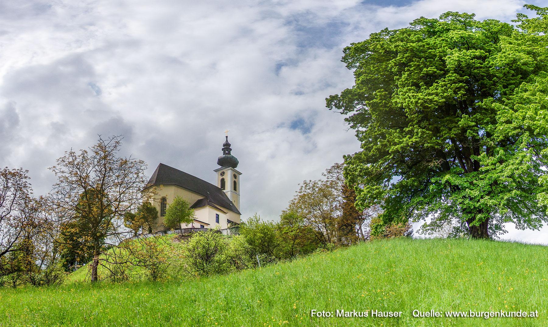 Blick zur Kirche Maria Himmelfahrt auf dem Plateau des Kirchberges, rechts der vorgelagerte Wall.