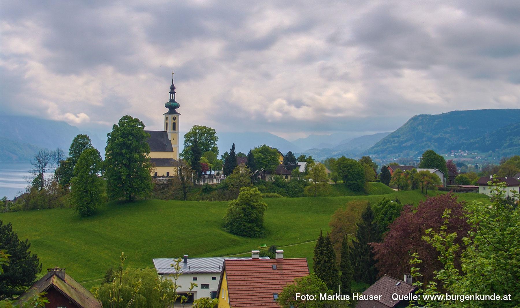 Der Kirchberg in Attersee, hier wird die karolingische Pfalz, der Königshof Atarhova, vermutet. Blick vom Schlossberg aus in Richung Westen.