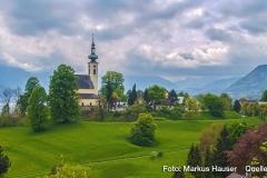 Der Kirchberg in Attersee, hier wird die karolingische Pfalz, der Königshof Atarhova, vermutet. Blick vom Schlossberg Richtung Westen. Hier sind die vorgelagerten Wälle besonders deutlich zu sehen.