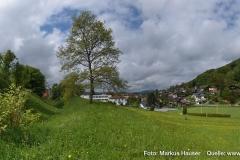 Links am Bild das Plateau des Kirchbergs, auf dem der karolingische Königshof Atarhova vermutet wird.