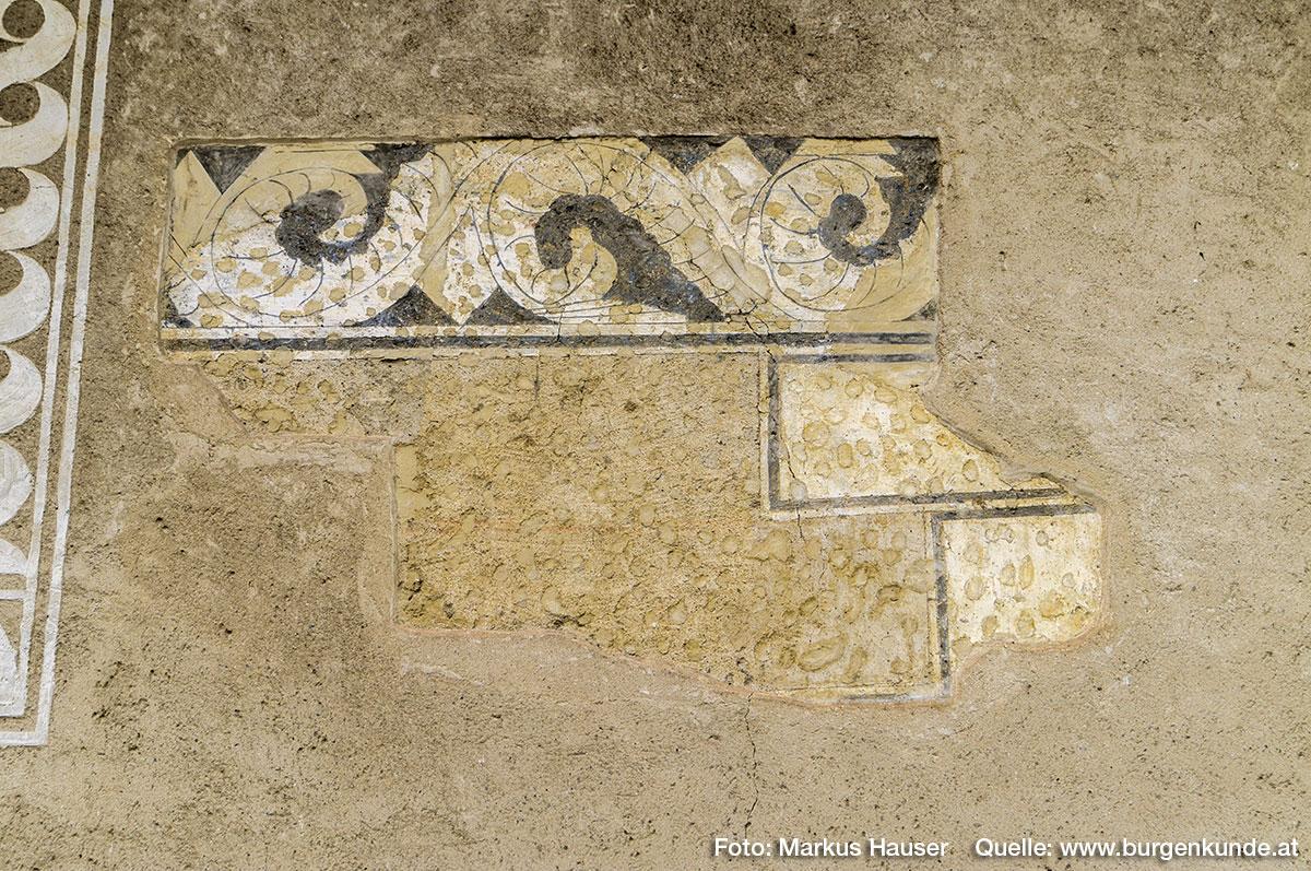 Im oberen Stockwerk ist dieser Putz aus der Renaissance zum Vorschein gekommen. Deutet er auf eine große Toreinfahrt hin?