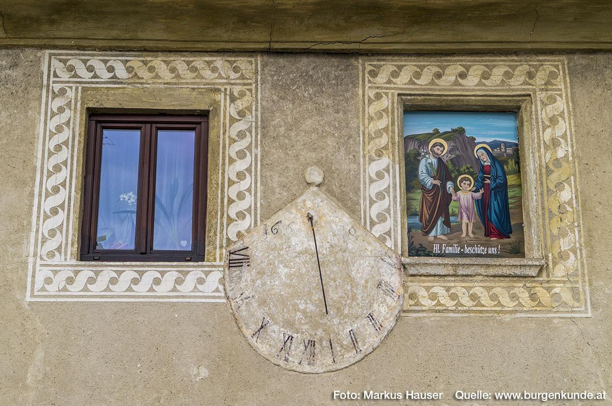"""Die oberen Fenster sind mit dem """"laufenden Hund"""" gerahmt und hier befindet sich auch die durch die Jahreszahl 1610 datierbare Sonnenuhr."""
