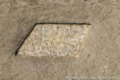 """Die Hausinschrift, die 1957 vom Heimatforscher Dr. Gustav Brachmann untersucht wurde, lautet: """"Das Haus steht in Gotts Hand / Achat Puechinger bin ich genandt / Gaff nicht hin und widr aufm Steg / geh fuer dich deinen Weg / Damit du nicht muest hinab falln / Und dich walcht wie ein Kalbn""""."""