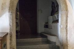 Hier befindet sich auch dieses rundbogige Steinportal. Die Aussenseite des Portals zeigt in den Vorraum. Somit wäre es möglich, das das Sgraffito an der Außenseite tatsächlich eine Toreinfahrt umrahmt und dieser Vorraum einst die Tordurchfahrt und somit offen war.