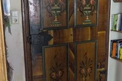 Im Inneren finden sich viele architektonische Details wie diese schön bemalte alte Türe. Die Malereien stammen von Wandermalern.