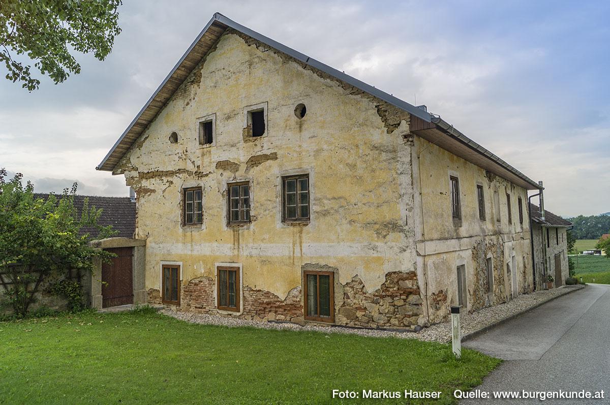 Nochmal der Zugang zum Innenhof, an dem die alte Mauer beginnt. Das hier das Bodenniveau einst niedriger lag, davon zeugen die viel zu tief liegenden Fenster.