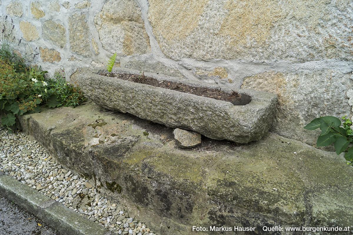 Steintrog, dahinter die tw. immens großen Steine im Mauerwerk.