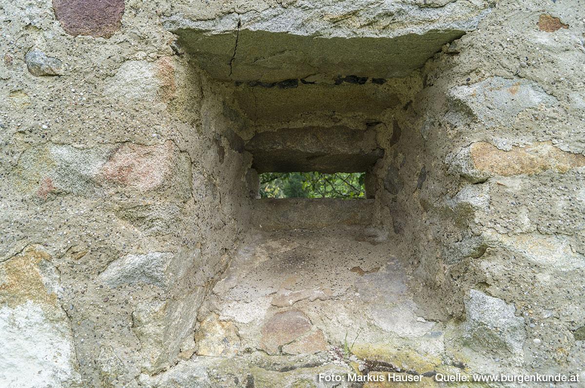 Hier die letzte der einst sicherlich mehrfach vorhanden gewesenen quergestellten Schlitzscharten in der Mauer an der Südostseite.