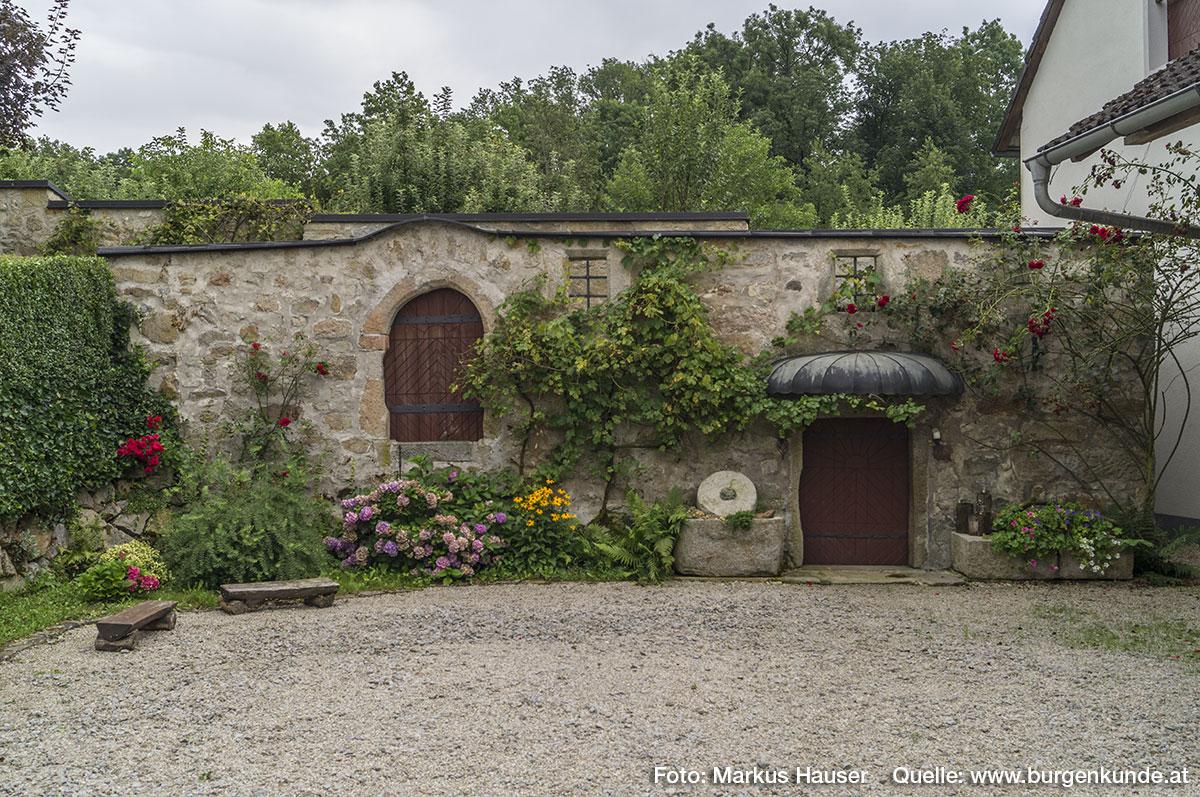 An die Mauer mit der Schlitzscharte schließt sich ein ebenerdig erhaltenes Gebäude an. Es vermittelt noch einen sehr urtümlichen Eindruck.
