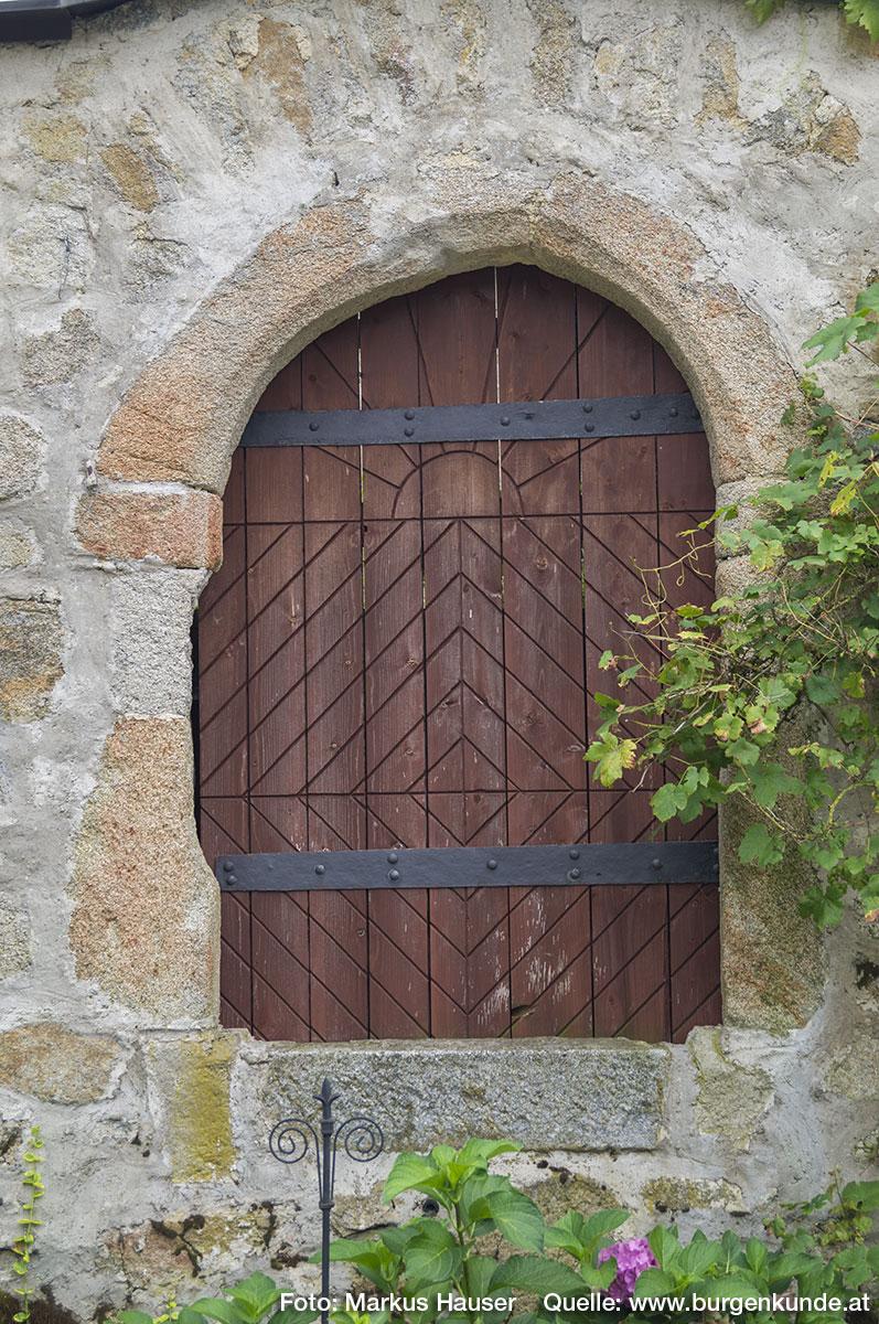 Dieser Zugang mit abgefasten Steingewände liegt heute in ca. 1,5 m Höhe. Die Türschwelle dürfte nicht mehr original sein.