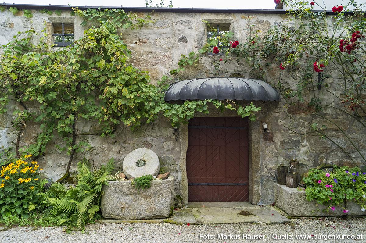 Die malerisch umrankten alten Mauern mit den kleinen Fenstern vermitteln einen Eindruck davon, wie dieses Gebäude einst ausgesehen haben mag.