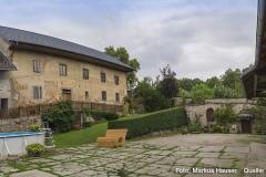 Innenhof des Klamhof. Rechts der Bildmitte die ältesten Teile der Anlage.