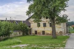 Sie beginnt beim, direkt an den gelb gestrichenen Bau aus dem 18./19. Jhdt. angebauten, Zugang zum Innenhof.
