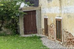 Das bedeutet, das auch die alte Mauer, die sich diesem Zugang zum Innenhof anschließt, bis tief in den Boden reicht und früher mal frei stand.