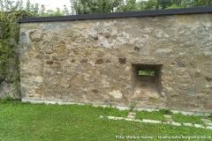 Der lt. den Besitzern älteste Teil der Anlage stellt die heutige Mauer an der Südostseite dar. Hier ist noch eine der beiden quergestellten Schlitzscharten vorhanden, von denen eine leider bei Umbauarbeiten im 20. Jhdt. verloren ging.