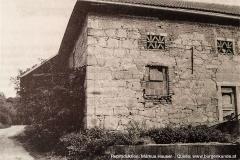 Die reproduzierte Aufnahme zeigt den nordlichen Eckverband mit den großen Quadersteinen. Die Fenster- und Türöffnungen wurden nachträglich ausgebrochen.