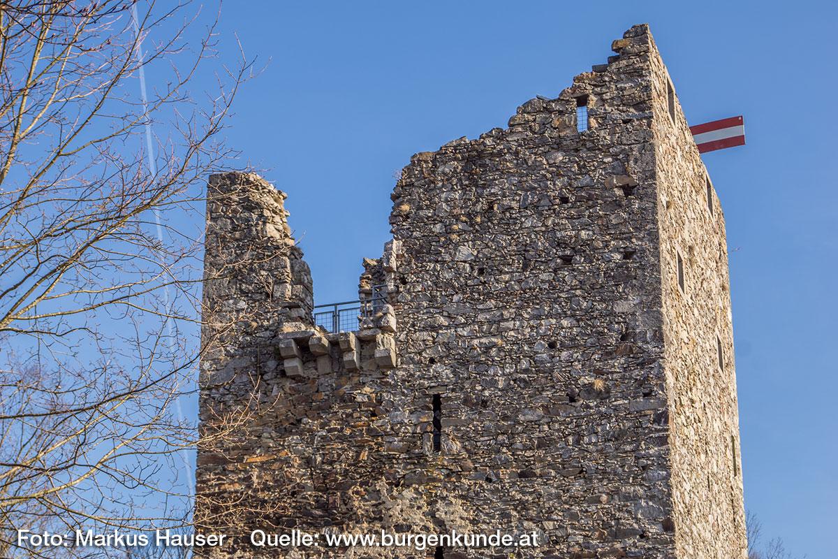 In die Um- und Ausbauphase zw. 1429 und 1450 fällt die Aufstockung des Turmes. Mit ihr fand auch die Errichtung dieses Erkers auf vier Doppelkonsolen an der Nordseite statt.