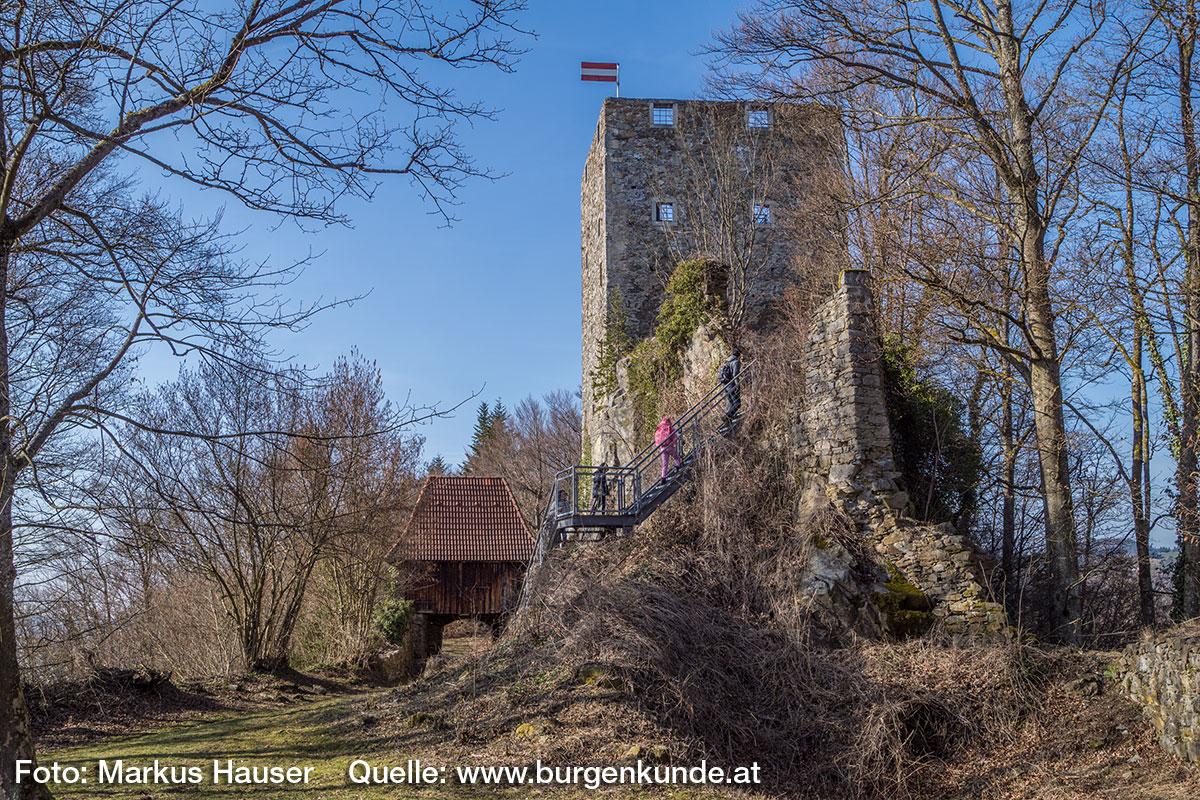 Die auf dem Fels umlaufende Mauer der Kernburg hat die Form eines Schiffrumpfes.