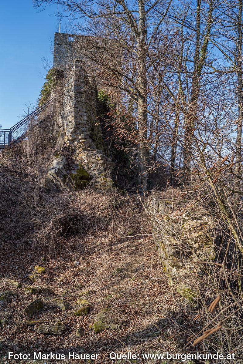 Vor der Kernburg befindet sich in der Vorburg eine Bodenvertiefung, die auf ein ehemaliges Gebäude hindeutet.