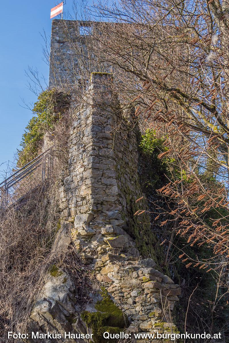 Die Mauer der Kernburg sitzt direkt am Felsen auf. Dieser erhielt eine Mauerbettung, in dem der Fels stufenförmig abgeschlagen wurde.