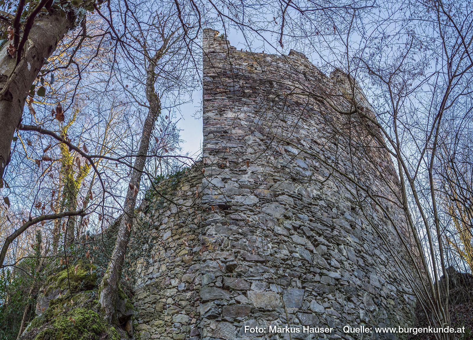 Im oberen Viertel des Turmes ist das verwendete Gestein viel heller als im unteren Teil des Turmes.