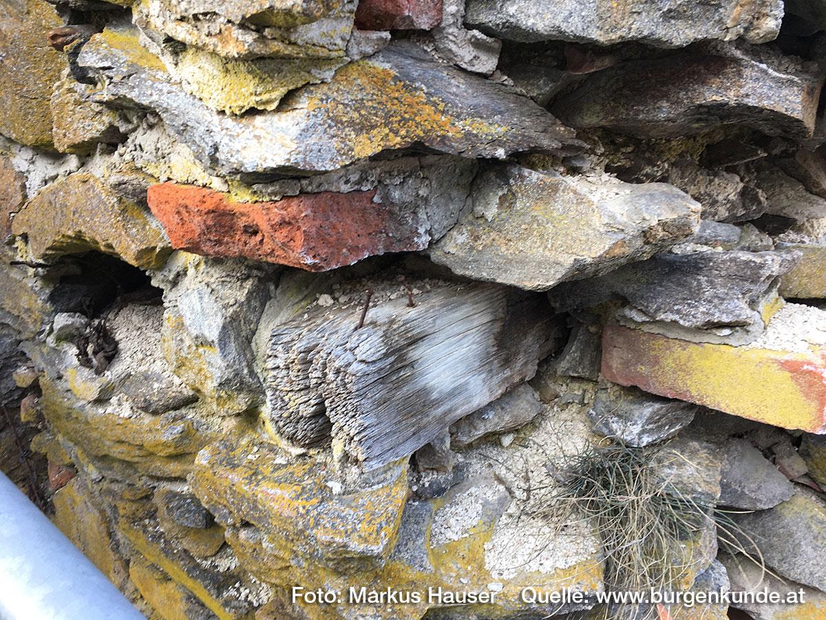 Detail im Mauerwerk im Turminneren. Hier steckt noch ein Holzbalken in der Mauer.