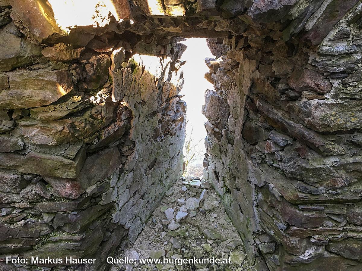 Die schmalen Lichtschlitze im unteren Teil des Turmes waren einst verputzt.