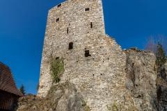 Die Ostseite des Turmes. Er wurde in mehrere Bauphasen errichtet. Die Lücke zum Felsen rechts wurde später mit einer angelehnte Mauer geschlossen, wie die Baunaht zeigt.