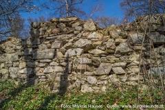 Die Ringmauer besteht aus lagerhaftem Bruchsteinmauerwerk.