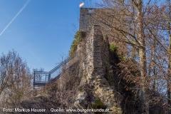 Der Turm ist durch eine moderne Treppenanlage gut erschlossen.