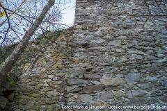 An der Nordöstlichen Ecke des Turmes schließt sich die Mauer der Kernburg an und verweist damit auf ihr späteres Entstehungsdatum.