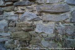 Am Fuße des Turmes sind zwei unterschiedliche Gesteinsarten im Mauerwerk erkennbar.