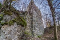 Die Mauer der Kernburg stößt nicht direkt an der Ecke des Turmes an, sondern um ca einen halben Meter versetzt.
