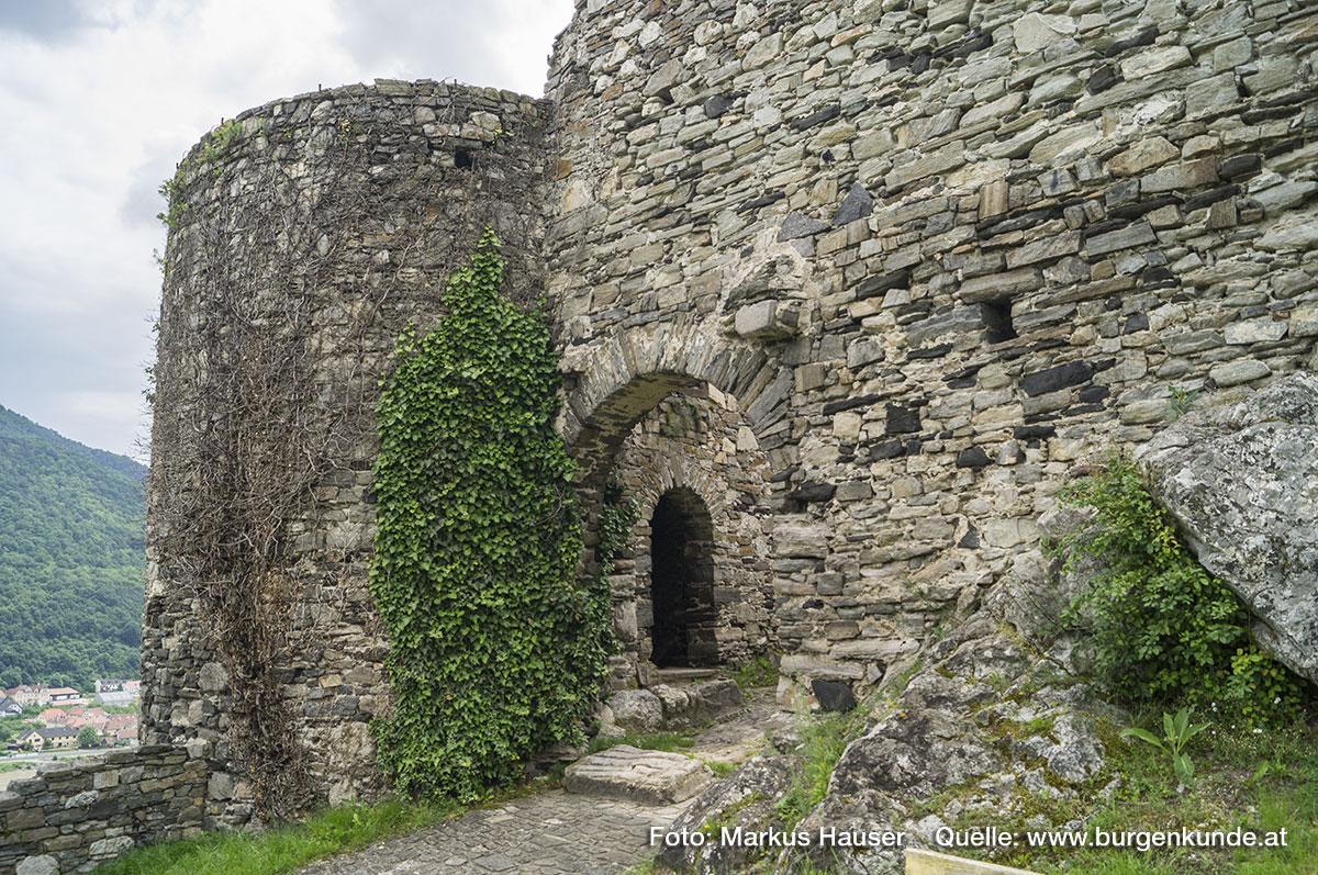 Der Zugang zur Ruine Hinterhaus erfolgt über das bastionsartig angelegte Vorwerk an der Nordostseite.